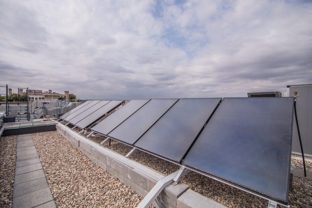 Instalacion de paneles solares en cubierta de edificios