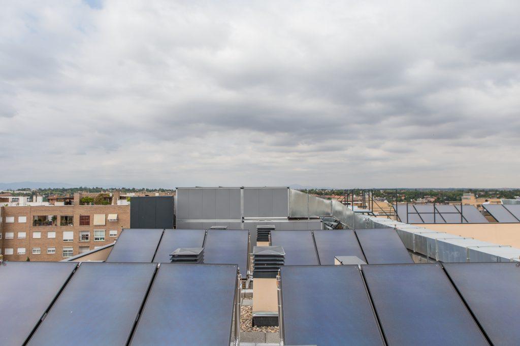 Instalaciones de paneles solares en cubierta de edificos